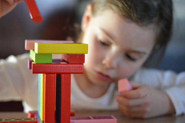 Gyermek játszik- Óvodai játékok